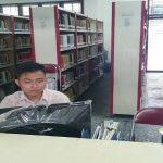 pustakawan perpustakaan uma sedang bekerja