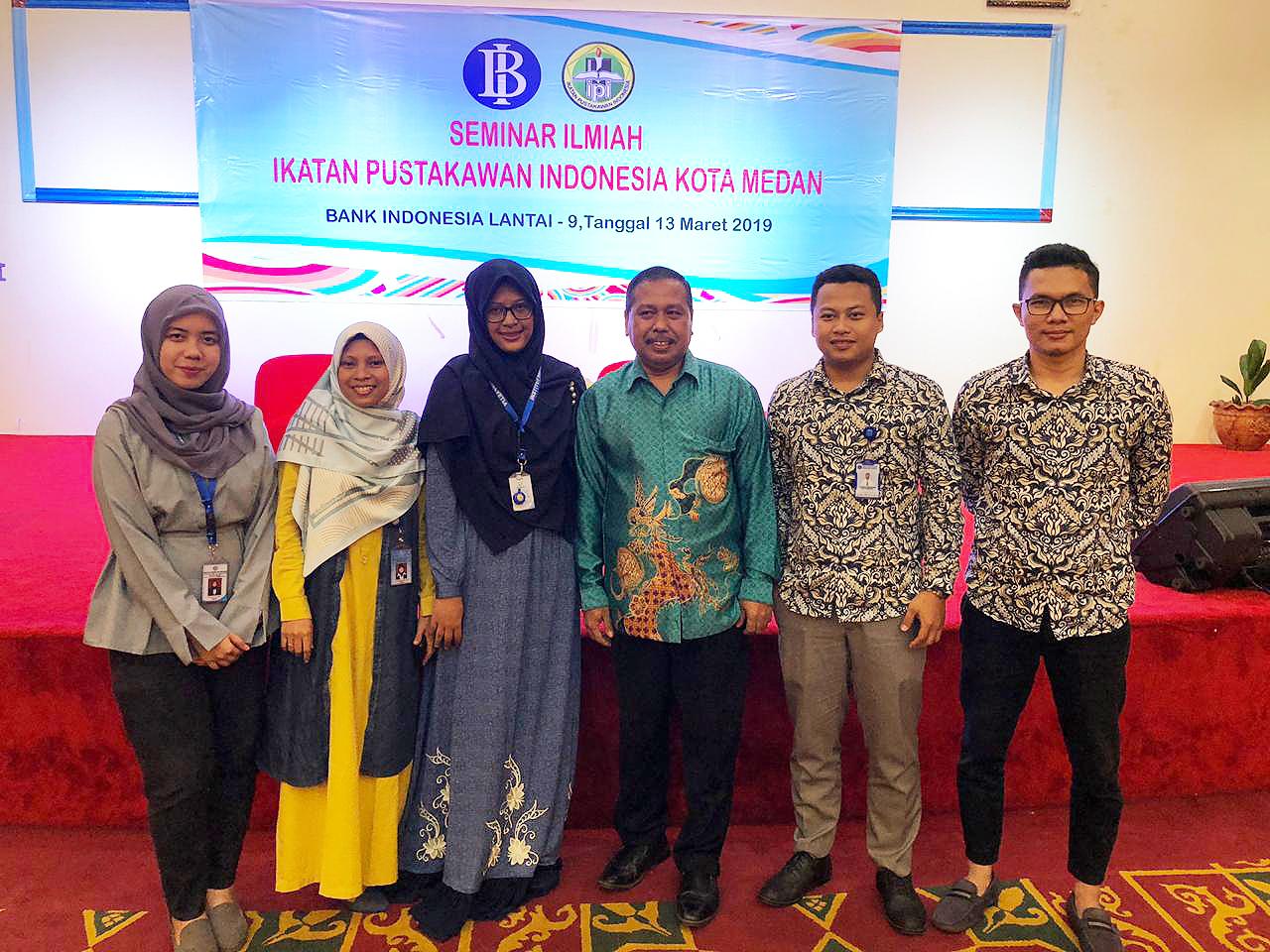 pustakawan UMA foto bersama pemateri seminar ilmiah ipi medan