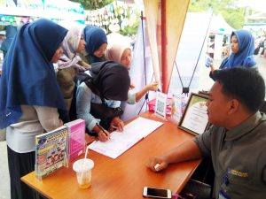 Pengunjung Stand Perpustakaan Universitas Medan Area