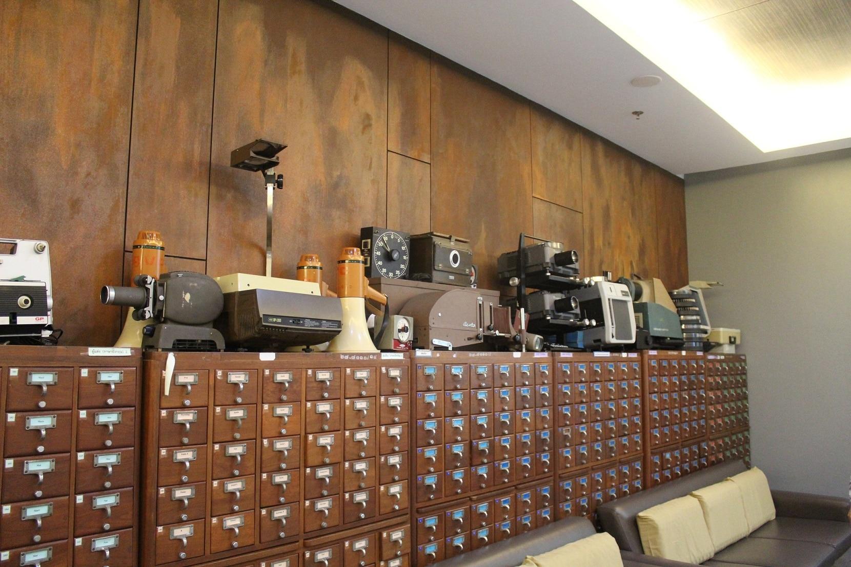 Koleksi Konvensional (Laci Katalog, Kamera, Mesin Tik, Radio dll)